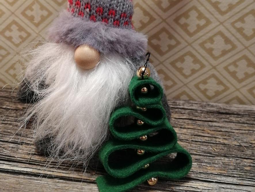 Något att hänga i julgranen – dekoration av filt och pärlor!